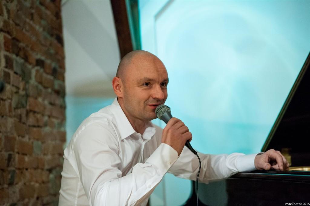 Z Witoldem Janiakiem (fortepian) zagrali znakomici, młodzi muzycy – Rafał Różalski nakontrabasie iKamil Miszewski naperkusji, fot.Maciek Pagacz