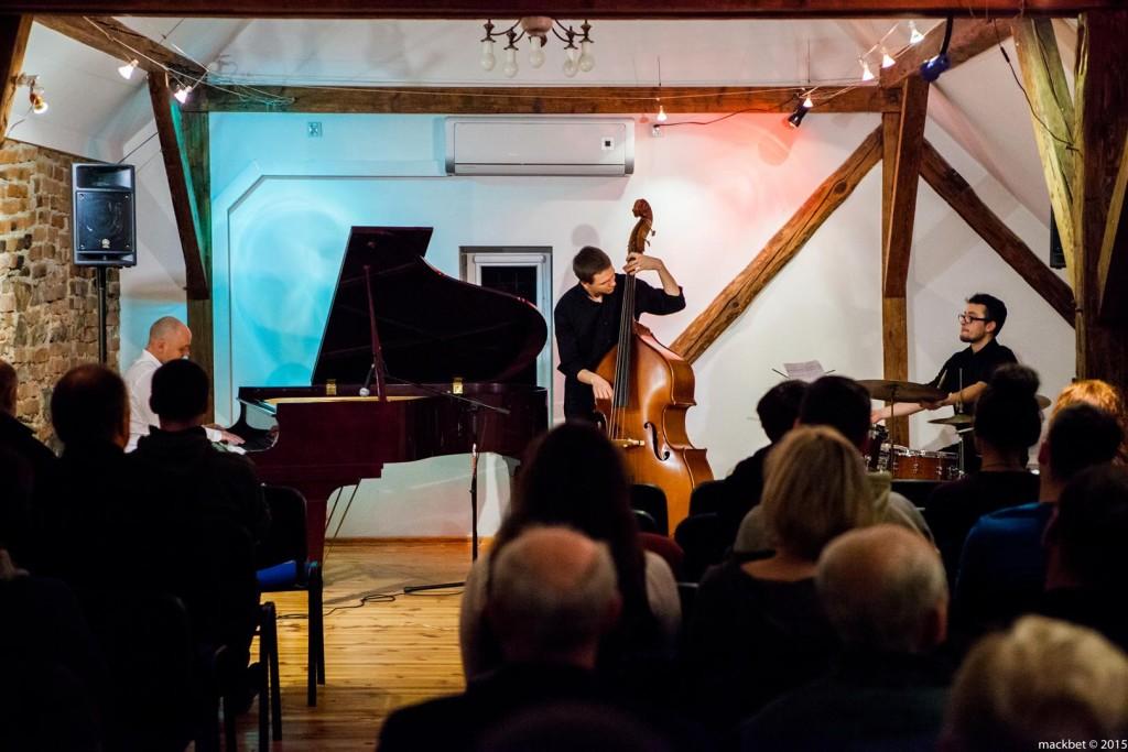 Z Witoldem Janiakiem (fortepian) zagrali znakomici, młodzi muzycy – Rafał Różalski na kontrabasie i Kamil Miszewski na perkusji, fot. Maciek Pagacz