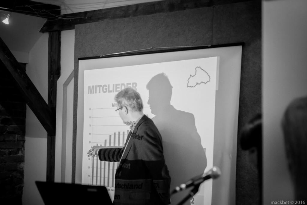 """prof. drRalph Wrobel, przewodniczący Historycznej Komisji Powiatu Prudnickiego podczas prezentacji książki """"Historyczny powiat głogówecki wKatastrze Karolińskim zlat 1722/26"""""""